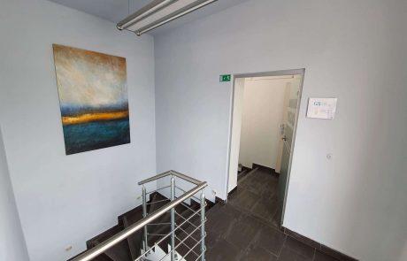 Stopnišče ob vhodu v pisarno